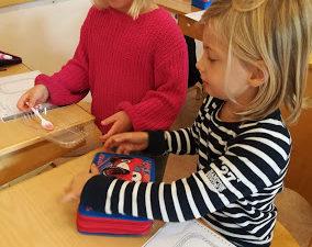 Foto på eleverna när de experimenterar i klassrummet.