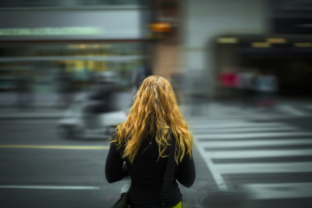 En tjej vid en gata.