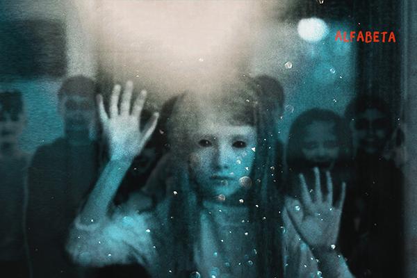 Bokomslag till Iskalla skuggor. Foto på en flicka med mörka ögon och långt hår.