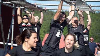 Tävlingsdeltagare i räddningsloppet som går armgång.
