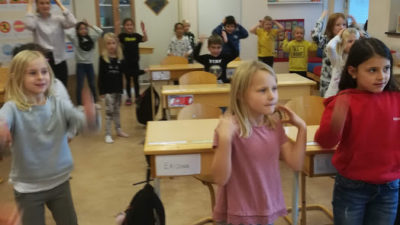 Foto på elever som dansar i klassrummet.