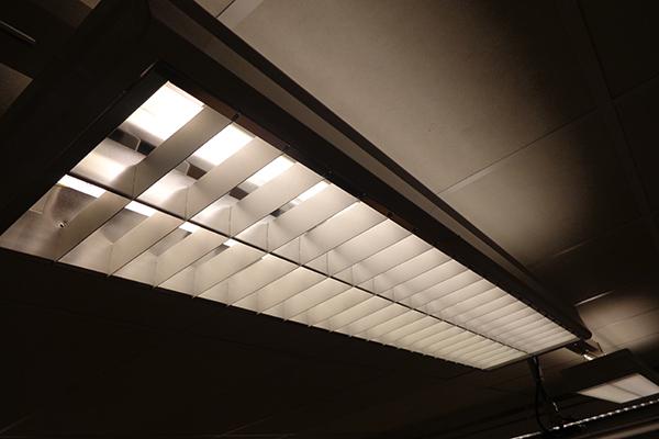 Foto på ett lysrör som sitter i klassrummets tak.