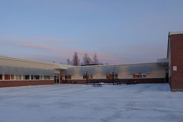 Björklundaskolan är ett enplanshus format som ett u.
