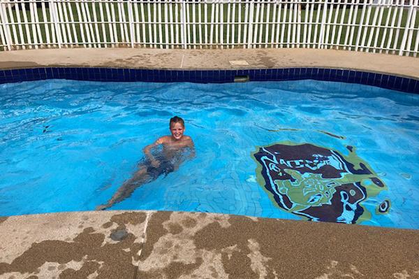 Oskar som badar i skolans pool.
