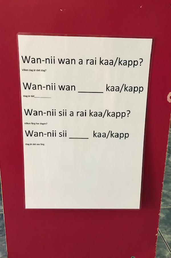 Foto på en tavla med ord på thailändska.