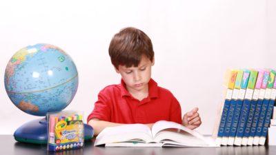Pojke som studerar