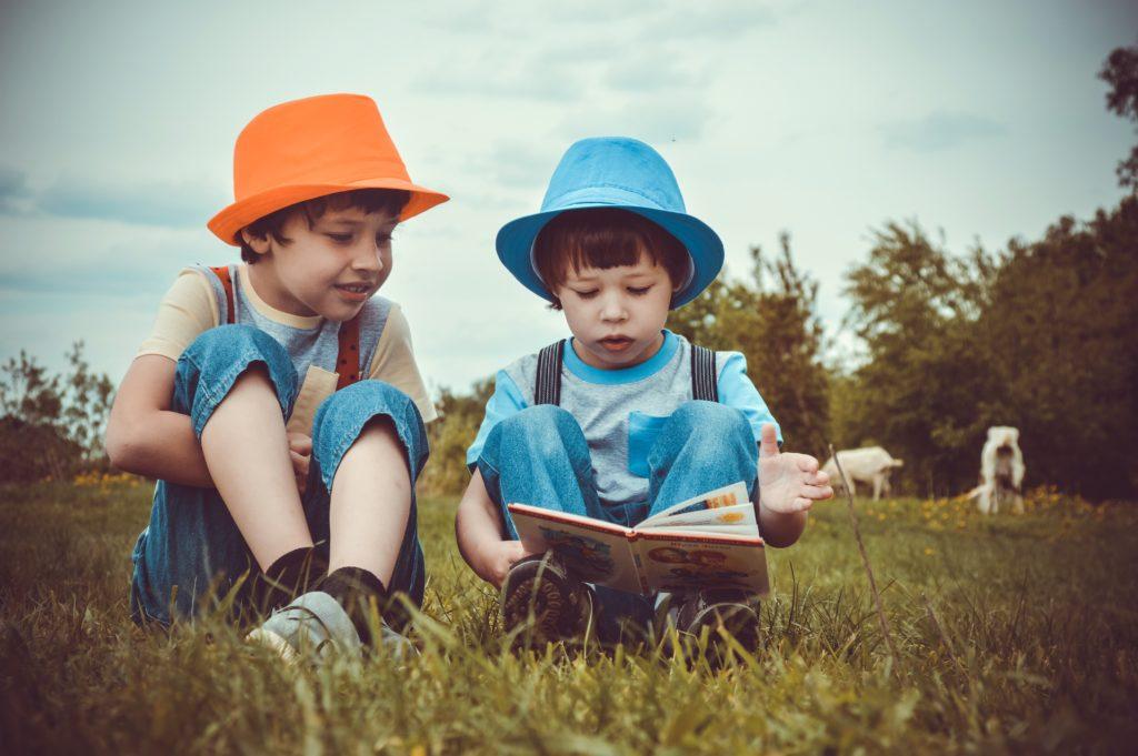 Två pojkar som läser