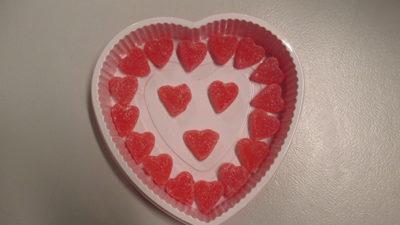 Foto på en ask med hjärtformade gelehallon.