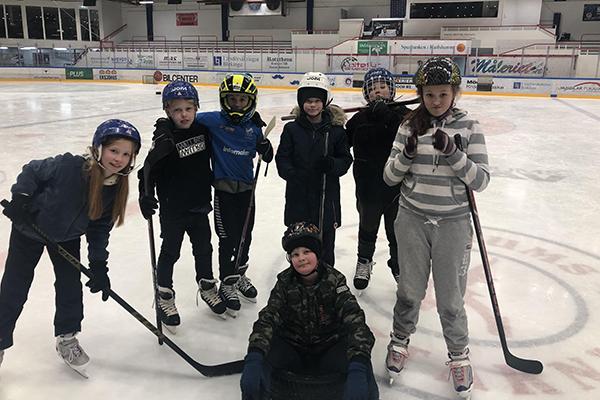 Foto på Lovisa Ottosson, Alve Folkesson, William Åkeson, Viggo Hasselberg, Saga Brolin och längst fram David Öström. när de spelar hockey.