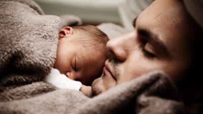 En pappa med sin bebis