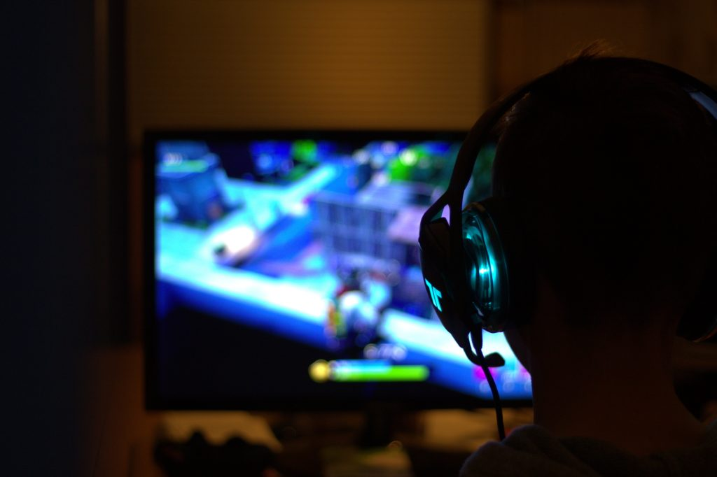 En person som spelar datorspelet Fortnite.