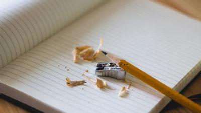Ett block och en nyvässad blyertspenna.