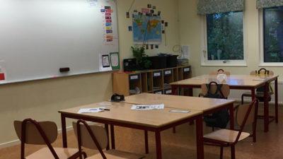 Ett foto på ett tomt klassrum.