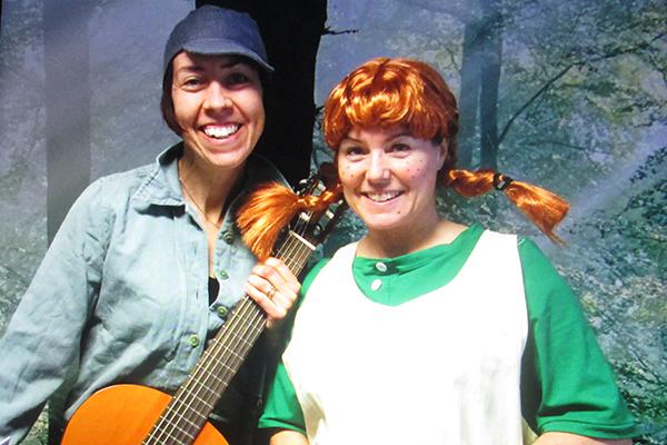 Två ur personalen på Slöjdaren som har klätt ut sig till Pippi och Emil. Emil håller en gitarr i handen.