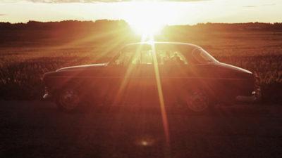 Foto på en Volvo Amazon i solnedgången.