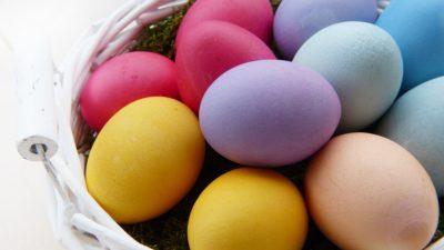 En korg med färgglada ägg