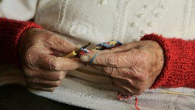 Äldre händer som stickar