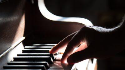 Någon som spelar på ett piano.