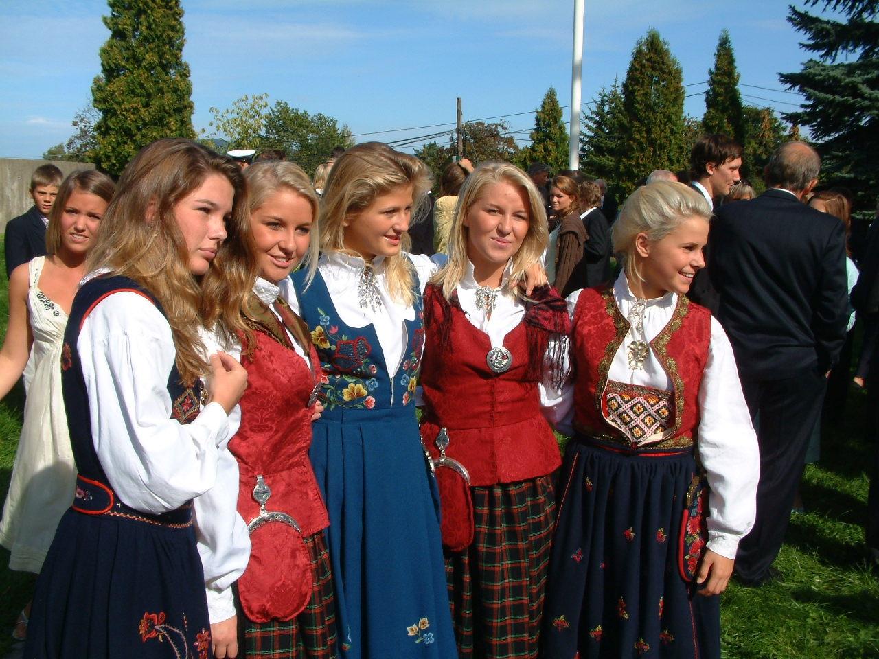 Ett gäng tjejer klädda i norska folkdräkter.