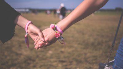 Ett par som håller hand.