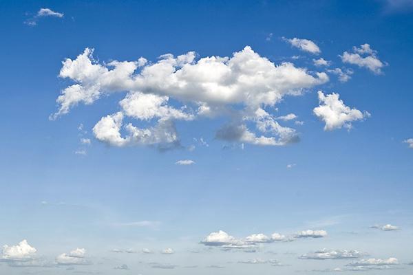 En blå himmel med ett moln på.