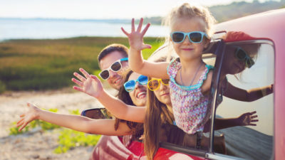 En familj på semester i en bil.