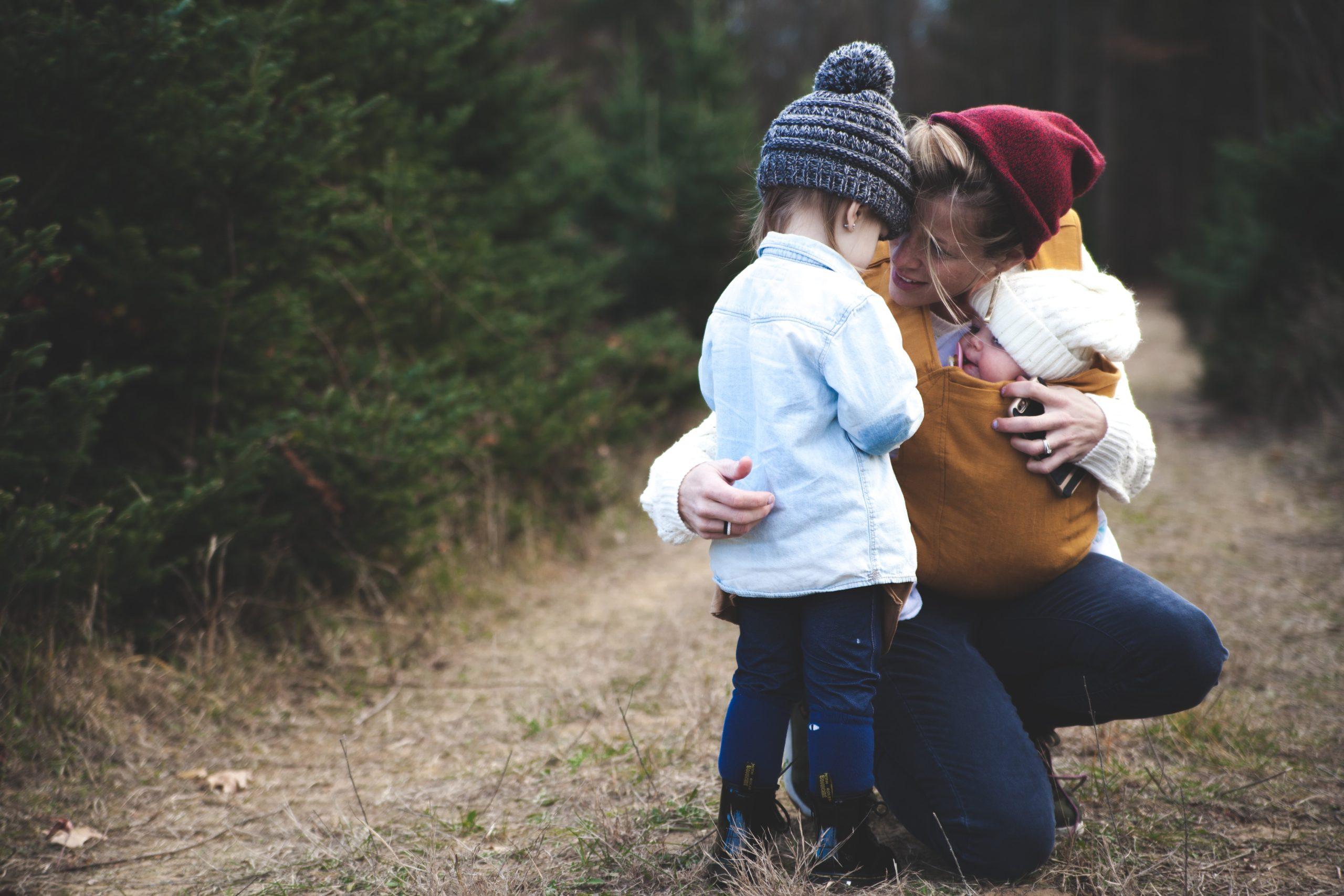 En mamma med två barn