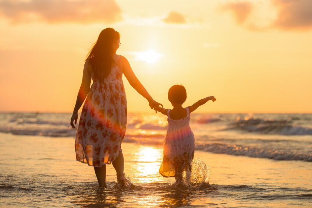 Kvinna och barn på stranden