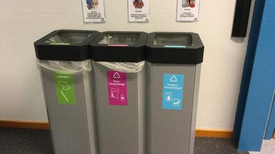 Tre återvinningskärl