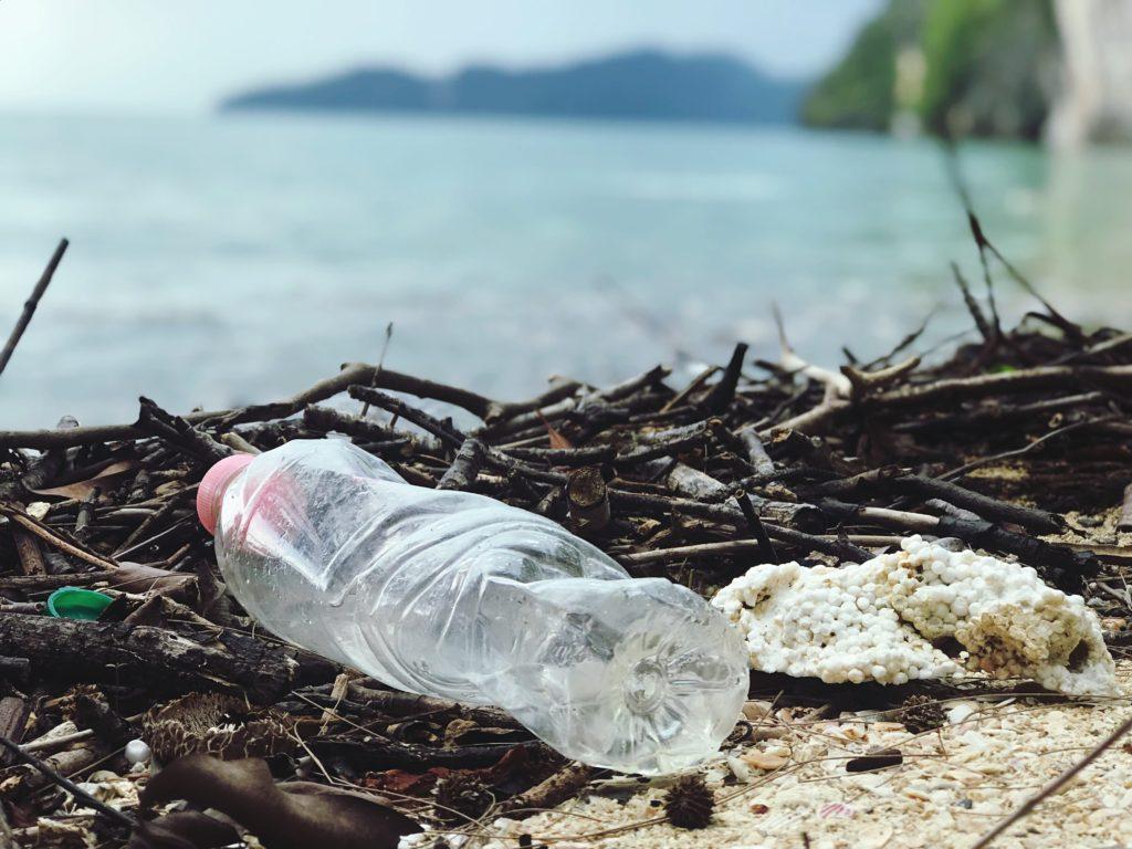Plastflaska på en strand