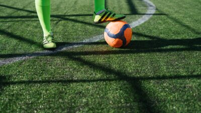 En person som spelar fotboll