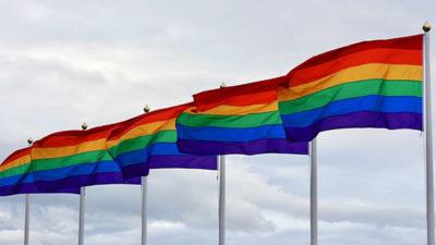 Prideflaggor som vajar i vinden.