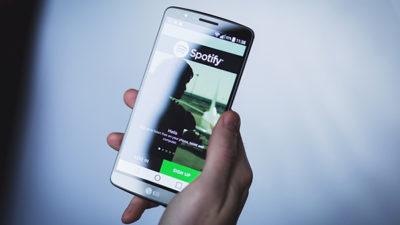 Foto på mobil med Spotify.