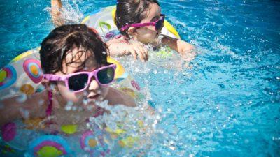 Två tjejer som badar
