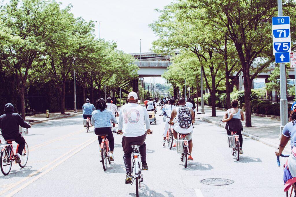 Cyklister som cyklar på en bilväg