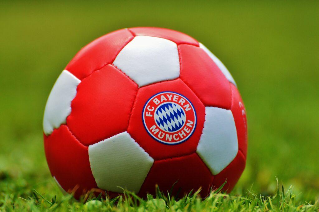 En fotboll med Bayern Münchens logga på