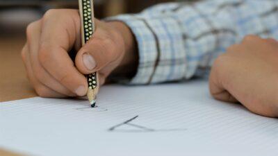 Elev som lär sig skriva