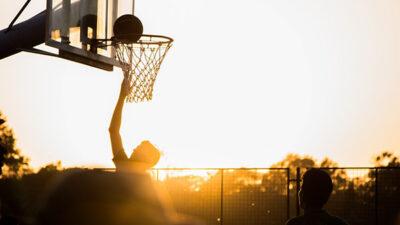 En basketkorg i motljus.