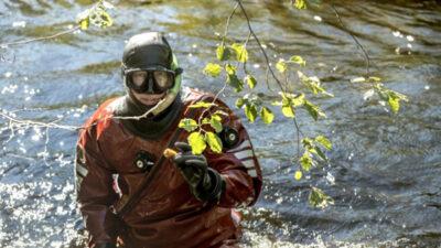 Dykare i floden.