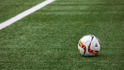 Konstgräsplan samt en fotboll.