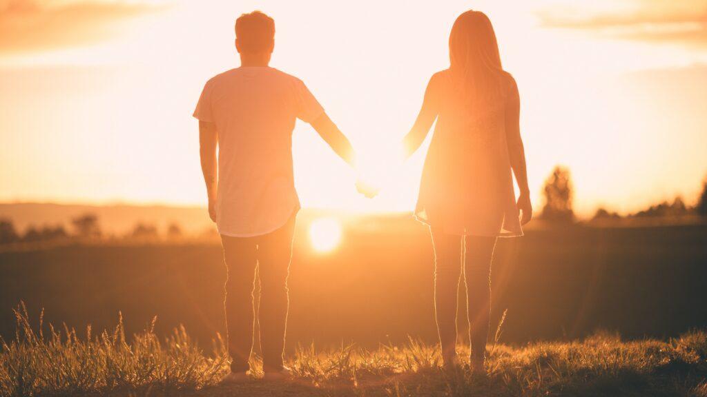 Två personer som håller hand
