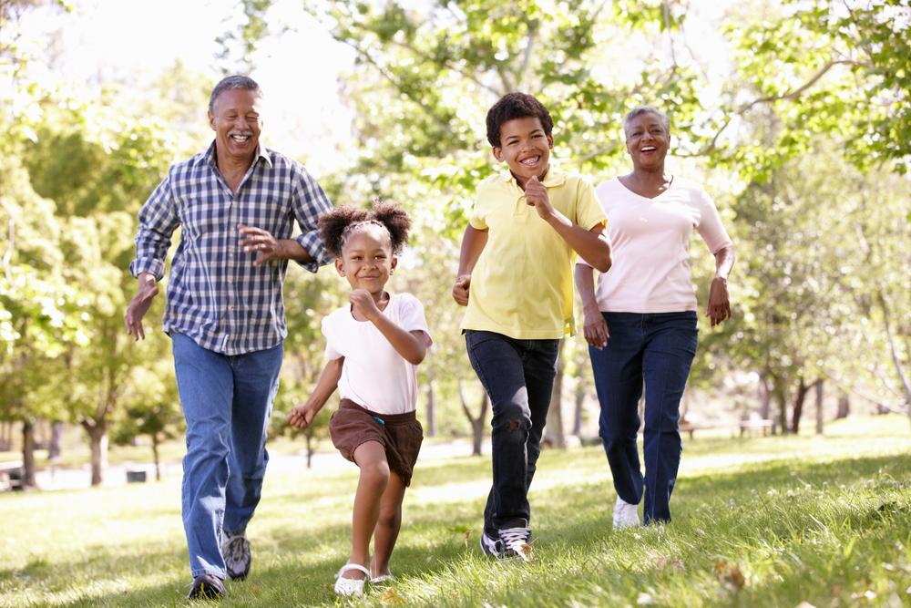 Två barn och två vuxna som springer