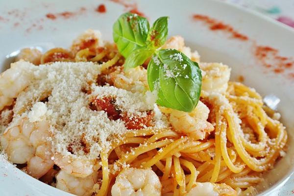 En tallrik med pasta.
