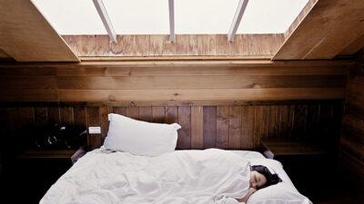 Flicka som sover i en säng.