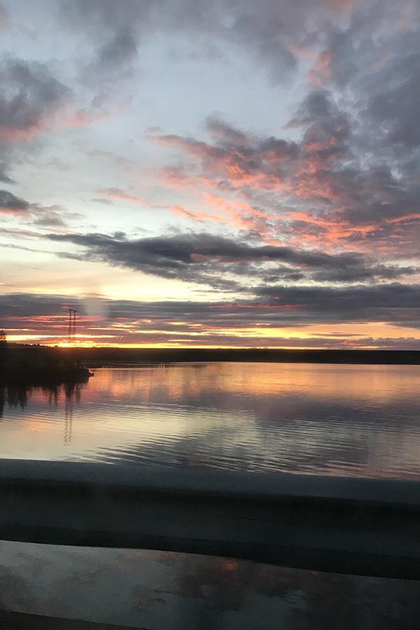 Solnedgång och spegelblankt vatten.