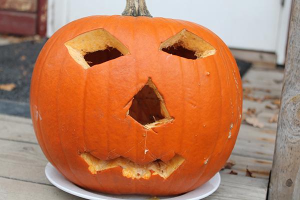 En stor orange halloweenpumpa