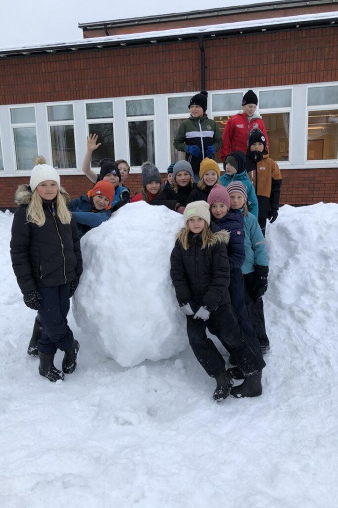 Klassen framför en stor snöboll.