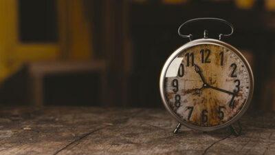 En väckarklocka med visare.