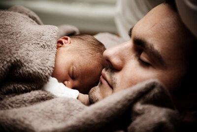 En pappa med sitt nyfödda barn.