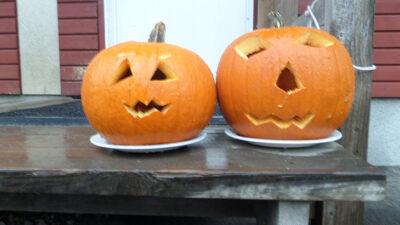 Två halloweenåumpor på ett bord.